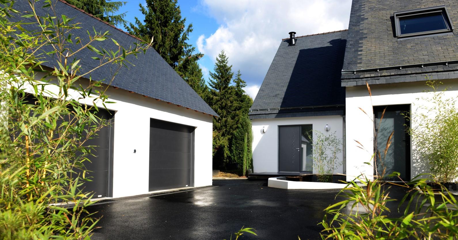 Porte de garage à ouverture sectionnelle plafond coordonnée - Komilfo