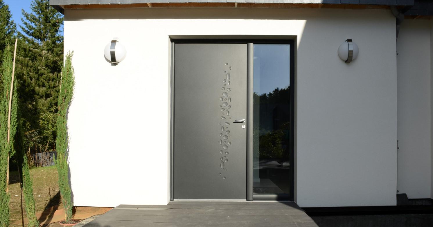 Porte d'entrée moderne avec fixe latéral vitré - Komilfo