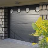 Installation porte de garage sectionnelle motorisée près d'Épernay et Chalons-en-Champagne (Marne) par Sparna'Baie