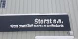 Enseigne Komilfo Storat sous la neige