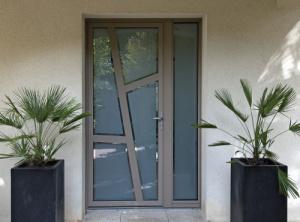 Porte d'entrée mixte bois/aluminium à Nantes (Loire-Atlantique) posée par Somover