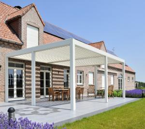 Aménagement de terrasse avec l'installation d'une pergola bioclimatique à Granville (Manche) par TL Production