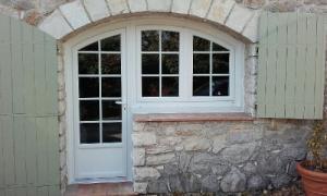 Pose de fenêtres PVC haute performance à Grasse (Alpes-Maritimes) par AMC Komilfo