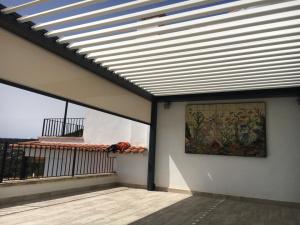 Pose de pergola bioclimatique vers Gérone en Catalogne avec Komilfo Herter