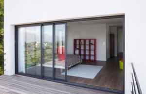 Optez pour une baie vitrée motorisée avec Komilfo Open à Rennes