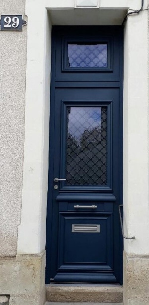 Porte d'entrée traditionnelle en aluminium à Tours (Indre-et-Loire) par Verrier Stores et Fenêtres