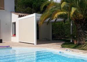 Pergola bioclimatique installée par Komilfo Dymex à Saint-Raphaël (Var)