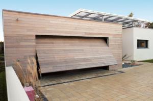 Pose de porte de garage sur-mesure motorisée à Rennes par Open Chantepie