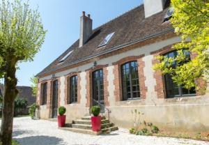 Portes et fenêtres modernes posées sur une maison ancienne à Auxerre dans l'Yonne