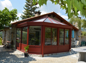Extension de maison dans les Hautes-Alpes avec une véranda victorienne réalisée par la Miroiterie des Alpes à Gap