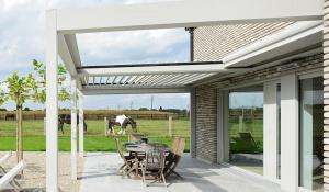 Pergola à toit orientable et rétractable Komilfo