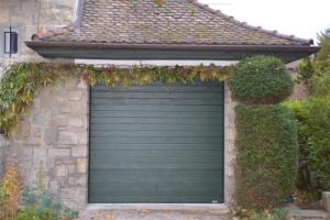 Installation d'une porte de garage sur-mesure avec Chablais Stores Fermetures en Haute-Savoie