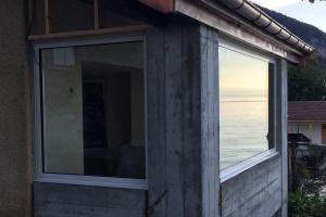 Installation de fenêtres sur une maison au bord du Lac Léman - Komilfo Chablais Stores Fermetures