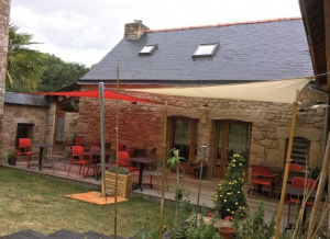 Pose d'une voile d'ombrage dans un restaurant dans le Morbihan (56) par Espace Fermetures
