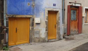 Porte d'entrée en bois et porte de service avec châssis latéral installées à Riom par Luxastore