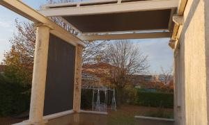 Installation et pose de store de véranda à Riom avec Komilfo Luxastore