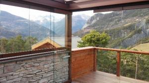Pose d'une pergola à toile rétractable par la Miroiterie des Alpes