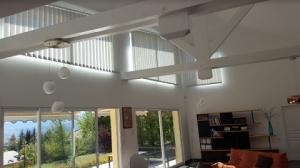 Agrémentez vos fenêtres de stores intérieurs motorisés avec Miroiterie des Alpes Gap !