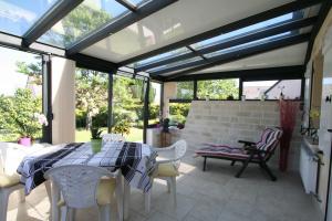 L'extension de maison avec une véranda par Komilfo SFP à Manosque (04)