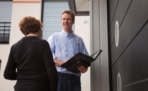 RDV avec votre conseiller Komilfo expert en portes de garage et carports