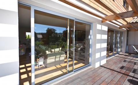 Baie vitrée coulissante lumineuse pour votre habitat intérieur - Komilfo