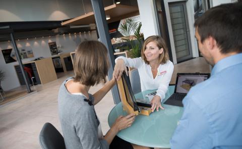 RDV en magasin avec votre conseiller Komilfo pour améliorer l'isolation de votre maison