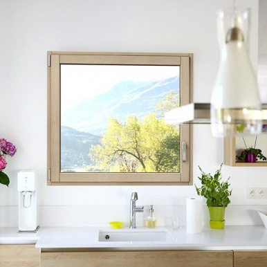 Fenêtre mixte bois aluminium en finition Chêne champagne à l'intérieur - Komilfo