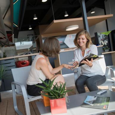 RDV avec votre conseiller Komilfo pour choisir votre store sous-toiture