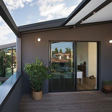Pergola à toile enroulable intégrée à la terrasse
