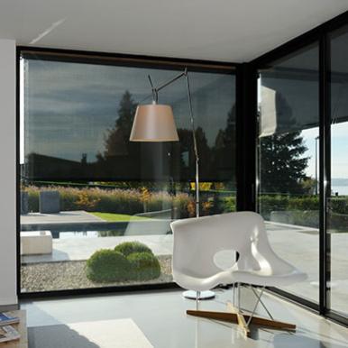 Store de fenêtres - vue intérieur Réalisation Komilfo Chablais - © Thierry GENAND