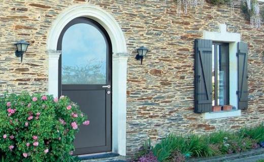 Porte d'entrée mixte bois aluminium plein cintre - Komilfo