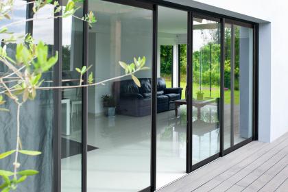 Fenêtres et baies vitrées coulissantes à installer par un conseiller Komilfo