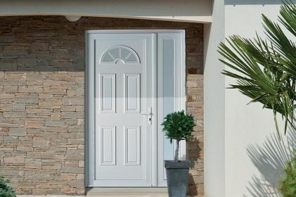 Porte d'entrée PVC blanche sur-mesure Komilfo