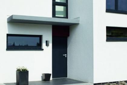 Porte blindée pavillonnaire fabriquée en aluminium par Picard Serrures à installer par Komilfo