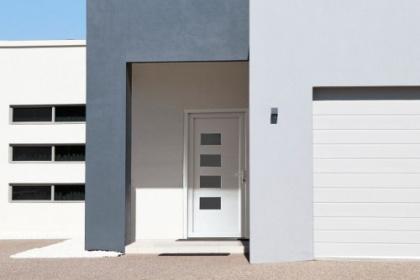 Porte d'entrée PVC coordonnée à la porte de garage Komilfo