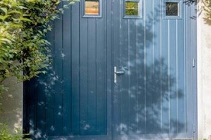 Porte de garage battante à deux vantaux