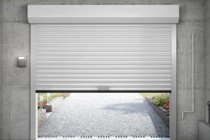 Porte de garage enroulable blanche Komilfo avec manœuvre de secours