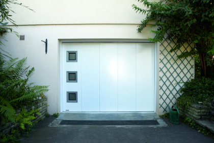 Porte de garage latérale installée à Flers par Société Quenechdu, adhérent Komilfo dans l'Orne (61)