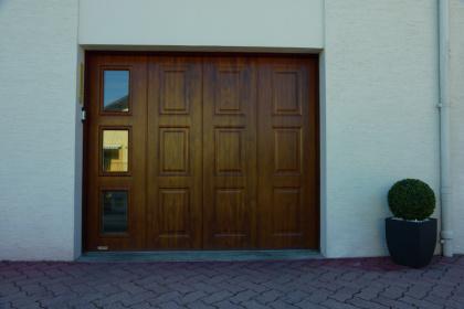 Porte de garage latérale en bois de chêne