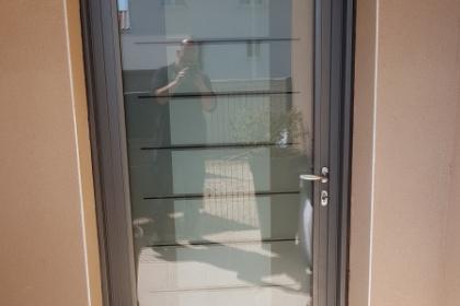 Installation d'une porte d'entrée alu avec triple vitrage à Uzès