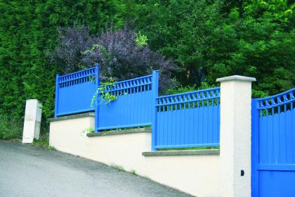 Clôture classique bleue