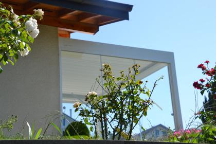 paroi vitree pergola à lames électrique bioclimatique vue protection vent BRUSTOR