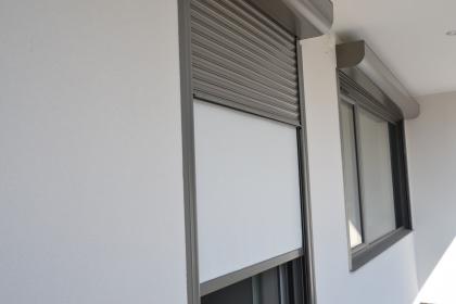 Store vertical intégré dans volet monobloc profalux motorisé