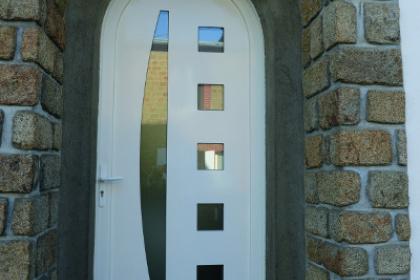 Porte d'entrée contemporaine PVC de forme cintrée