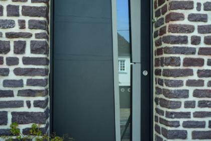 Porte d'entre contemporaine installée à Flers par Société Quenechdu, adhérent Komilfo dans l'Orne (61)