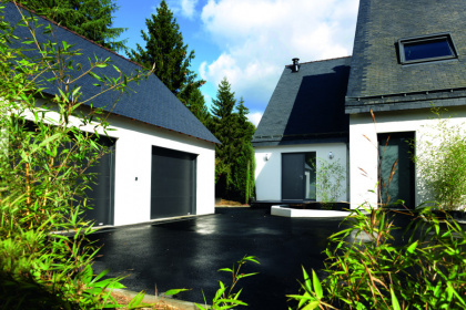 Porte de garage sectionnelle coordonnée installée à La Baule (Loire-Atlantique)