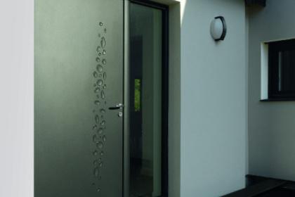 Porte d'entrée contemporaine aluminium avec fixe latéral