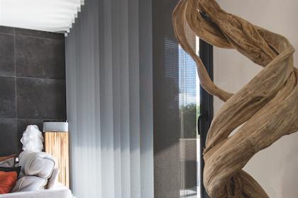 Store intérieur à bandes verticales Luxaflex par Komilfo Argelès Perpignan