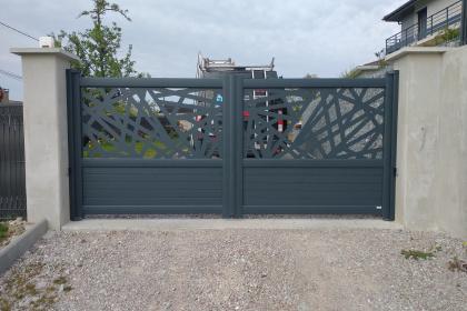 portail deux vantaux motorisé aluminium dentèle laser