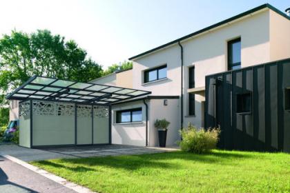 Abri de voiture ou carbox disponible au sein du réseau Komilfo, spécialiste de la pose de portes de garage